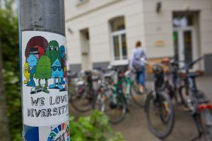 Praxiseindrücke Eingang zur Veedelspraxis Dr. dent. Helge Kaufhold Köln 'We love diversity'