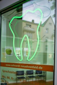 Praxiseindrücke Eingang zur Zahnarztpraxis Dr. dent. Helge Kaufhold Köln